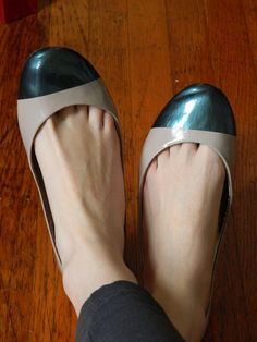 So I just recently discussed the super trendy cap-toe shoe here on Post Grad Chic. Ballerina Shoes, Ballet Flats, Ballerinas, Diy Clothes And Shoes, Clothing Ideas, Cap Toe Shoes, Flat Shoes, Shoe Refashion, Wedding Flats