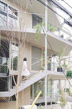 Installée dans un quartier résidentiel de Tokyo, la maison a pour ambition d'offrir à ses propriétaires une atmosphère à la fois lumineuse et verdoyante. On doit ce projet singulier au studio n o t architects. Un grand parc à la verdure luxuriante, servant de chemin de promenade pour les habitants du quartier, se situe devant l'habitation. Le projet s'inspire du parc et de la sensation du passage des saisons que l'on peut y ressentir. Weather House est une proposition de maison avec des...