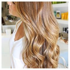 Such pretty bronde with waves.