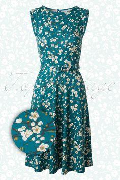 Nieuwe lente/zomer collectie ~ De50s Betty Osaka Dress in Bluevan King Louie is een schattig romantisch jurkje.Zwierig jurkje dat door zijn flatterende semi-swing rok geschikt is voor ieder lichaamstype, een echte musthave! Elegante hooggesloten ronde halslijn, korte omgeslagen kapmouwtjes, schattig afneembaar stoffen riempje en subtiel keyhole detail aan de achterkant. Uitgevoerd in een stretchy blauw/groene viscosemix met een prachtige print van Japanse bloesem voor een Oosters...