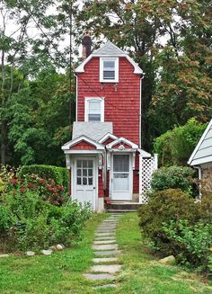 Listed on the National Register of Historic Places, the red-shingled house was built in 1932 by Nathan T. Seely, one of the first African-American homebuilders in New York. The house measures ten feet wide and was constructed using salvaged materials due to the Great Depression.