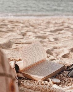 Beach Discover //a book is like a painting: you love it or you hate it// //a book is like a painting: you love it or you hate it// Beige Aesthetic, Book Aesthetic, Summer Aesthetic, Aesthetic Photo, Aesthetic Pictures, Photo Wall Collage, Picture Wall, Summer Feeling, Summer Vibes
