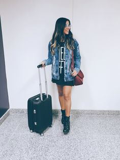 Look aeroporto aerolook. Jaqueta jeans + vestido e bota. High Heel Combat Boots, Combat Boot Outfits, Trendy Outfits, Girl Outfits, Fashion Outfits, Oversized Jeans, Girl Fashion, Womens Fashion, My Wardrobe