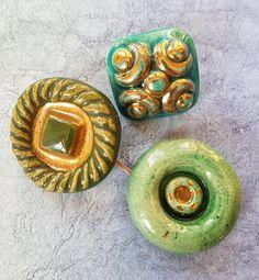 Un troisième groupe de boutons en céramique vintage faite par Rose Laury c1950s. 2,5 cm et 3,25 cm.