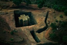 Bet Giyorgis church in Lalibla, Ethiopia // Aerial Africa by George Steinmetz Oh The Places You'll Go, Places To Travel, Places To Visit, Madagascar Antananarivo, Addis Abeba, Steinmetz, Maputo, Place Of Worship, Kirchen