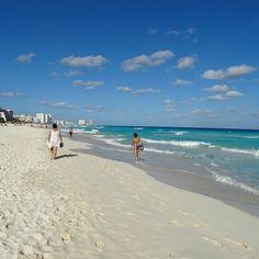 A foto de hoje é de Cancun México. O lugar é um paraíso e conhecido por suas águas com vários tons de azul..... Lindo né? É tudo isso e muito mais!!!! Nós estivemos lá em janeiro de 2014.  http://ift.tt/209pybY #mundoafora #dedmundoafora #mundo  #travel #viagem #tour #tur #trip #travelblogger #travelblog #braziliantravelblog #blogdeviagem #rbbviagem #tripadvisor #trippics #instatravel #instagood #wanderlust #worldtravelpics #photooftheday #blogueirorbbv #cancun #mexico #beach #mar #sol…