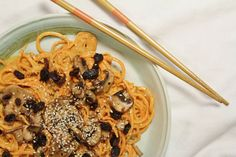 Yam noodles with sweet sauce, marinated mushrooms & sesame seeds! Raw & Vegan!