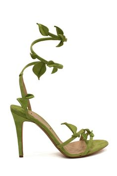 See all the crazy shoes Nicholas Kirkwood designed for the VS Fashion Show! I kind of like this shoe... :)