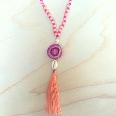 Lange ketting met agaat steen en kwastje - Long pendant necklace with agate gemstone pendant and pink tassel