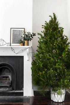 nice 34 Minimalist and Modern Christmas Tree Decoration Ideas  http://about-ruth.com/2017/12/19/34-minimalist-modern-christmas-tree-decoration-ideas/