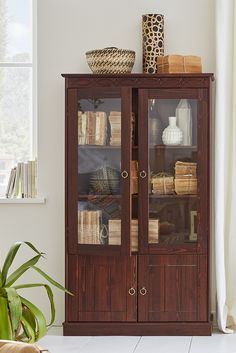 Ideal für kleine Räume! Die praktische Home affaire Vitrine »Indra« ist ein echtes Stauraumwunder. Im zeitlosen Landhausstil ist der wunderschöne Schrank eine Bereicherung für alle Wohnräume.