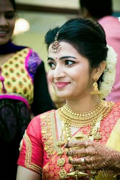 20 Glamour Oozing Hindu Bridal Hairstyles Kerala With Highlights Simple Indian Bridal Hairstyle Tutorial Bridal Hairstyle Indian Wedding, South Indian Bride Hairstyle, Bridal Bun, Bridal Hairdo, Indian Bridal Hairstyles, Bridal Makeup, South Indian Bride Jewellery, Saree Hairstyles, Bride Hairstyles