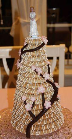 Kransekake (in Norwegian) Wedding Desserts, Wedding Cakes, Norwegian Food, Norwegian Recipes, Scandinavian Food, Xmas Food, Almond Cakes, Sweet Life, No Bake Desserts