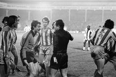 Manzanedo le protesta al árbitro durante un West Bromwich Albion - Valencia en 1978.