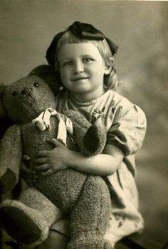 Gorgeous little girl with her giant teddy vintage photo Teddy Photos, Teddy Bear Pictures, Bear Photos, Old Teddy Bears, Antique Teddy Bears, My Teddy Bear, Vintage Children Photos, Images Vintage, Vintage Girls
