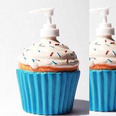 Gente eu estou cada vez mais apaixonada por artigos de decoração de casa. Olha que fofo esse dispenser em formato de cupcake  . Estou encantada!!!! Quem gostou também levanta a mão