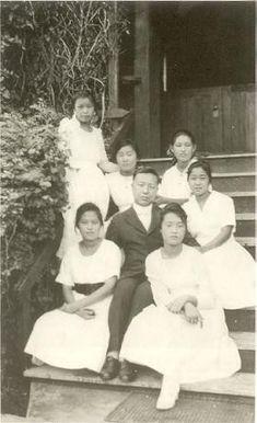 1918년 이승만이 학교 구내에서 여학생 제자들과 함께 찍은 사진. President Of South Korea, Korean President, Old Pictures, Old Photos, Korean American, Korean People, Extraordinary People, Asian History, Korean Traditional