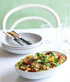 Těstovinový salát s krůtím masem (www.albert.cz/recepty)