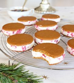Pepparkaksglass med vit choklad & hallon – Lindas Bakskola in 2020 No Bake Desserts, Easy Desserts, Frozen Yoghurt, Xmas Dinner, Something Sweet, Cakes And More, Sweet Recipes, Baking Recipes, Holiday Recipes