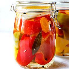 Papryka konserwowa - to papryka marynowana w occie z dodatkiem przypraw, cebuli i czosnku. Z tego przepisu otrzymacie świetną domową, marynowaną w zalewie octowej paprykę. Sprawdzony i łatwy przepis. Food Jar, Canning Recipes, Preserves, Pickles, Food And Drink, Honey, Homemade, Meals, Vegetables