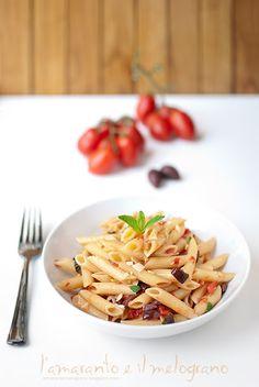 L'amaranto e il melograno: Pasta estiva con olive, mandorle e menta