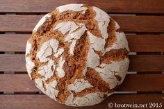 Dieses kräftige Roggenbrot wird mit Sauerteig gebacken. Es besteht aus 100 % Roggenmehl und Roggensauerteig. Es passt zu Käse, Wurst und süßen Aufstrichen.