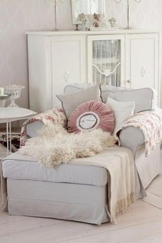 I would love to cuddle up and sit here with a book!! :-)