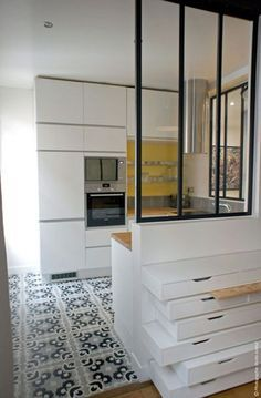 cuisine avec verrière Apartment Interior, Apartment Design, Kitchen Interior, Kitchen Canopy, Small Appartment, Interior Decorating, Interior Design, Herd, Home Kitchens