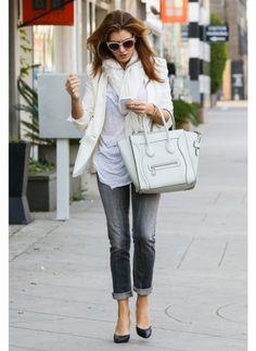 Kate Walsh    Look de star Glamour    Adoptez le blanc, couleur du printemps, avec aisance pour un look casual chic, comme Kate Walsh.