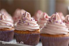 Søde vanilje muffins med en frisk hindbærmousse på toppen. Smager vidunderligt :-) Lige så lækkert, som det er en enkel og smuk kage :-) Billeder af ingredienser og fremgangsmåde er der ikke i dag.…
