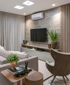 Sala de estar ampla, com cores bem simples, além de bem iluminada.