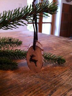 Weihnachten: ✩ Anhänger ✩  Die Anhänger schmücken den Tannenbaum oder auch liebevoll verpackte Geschenke! Man braucht: - Astscheiben (aus dem Bastelladen oder selbst sägen) - einen Bohrer - Tonpapier - Wunderlocher - Kleber - Band zum Aufhängen  So geht's:  1. In jede Astscheibe ein Loch bohren 2. Band zum Aufhängen durch das Loch fädeln 3. Mit dem Wunderlocher beliebige Motive aus Papier ausstanzen und aufkleben  Und schon ist er Fertig! :)