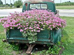 48 Beautiful Flower Truck Ideas For More Exciting - Flower Garden İdeas İn Front Of House Old Pickup Trucks, Farm Trucks, Country Trucks, Country Farm, Country Chic, Country Life, Flower Truck, Garden Spaces, Flower Beds