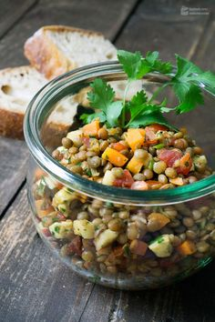 Lukewarm lentil salad in a glass - Madame Cuisine INGREDIENTS FOR PORTIONS brown plate lentils 2 carrots 1 bunch of spring onions cherry tomatoes mozzarella 1 small apple, e. Mozzarella, Lentil Salad Recipes, Bulgur Salad, Lunch To Go, Eating Habits, Lentils, Summer Recipes, Vegan Recipes, Clean Eating