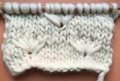 """Salut knitters!!Nouvelle technique à tricoter avec 2 aiguilles : le point fleur de pissenlit !Nous commençons la nouvelle année 2015 en beauté avec ce magnifique point qui nous rappelle les pissenlits… peut-être que l'on pourra aussi souffler dessus et faire un vœux pour la nouvelle année!:)Tout d'abord nous allons apprendre à tricoter la """"fleur"""", la partie compliquée de cette technique. Une fois que nous aurons appris à la tricoter, vous pouvez la tricoter absolument là où vous voulez…"""