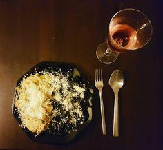 Zrobiłem ostatnio pyszną kolację z czarnym tagliolini orzechami i kurczakiem w sosie serowym.  Teraz zostaje mi się tylko nauczyć robić ładnych zdjęć jedzenia.