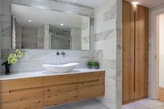 בין החמים למודרני: שיפוץ מן היסוד לבית פרטי בנס ציונה | בניין ודיור Bathroom Toilets, Small Bathroom, Master Bathroom, Bathrooms, Bathroom Interior, New Homes, House Design, Shower, Bathroom Designs