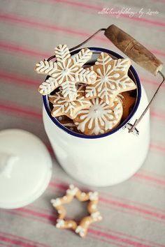 雪の結晶の模様のアイシングクッキー。白いアイシングだけでも、とてもかわいい。