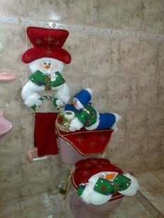 Here are the best Christmas Bathroom Decors ideas and inspirations. These Bathroom decorations for Christmas are cheap & inexpensive DIY Decor ideas. Christmas Fabric, Felt Christmas, Christmas Snowman, Christmas Home, Christmas Stockings, Christmas Crafts, Christmas Ornaments, Elf Christmas Decorations, Holiday Decor