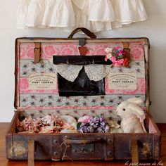 Cute baby shower gift for a Vintage Suitcases, Vintage Luggage, Consignment Shops, Shabby Chic Cottage, Vintage Easter, Vintage Love, Diy Crafts, Pretty In Pink, Creative