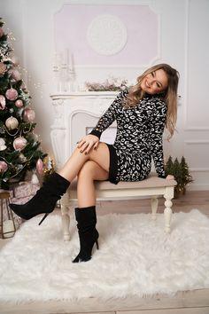 O rochie de calitate superioara, realizata dintr-un material de tricotaj super elastic, fin la atingere, reiat. Este accesorizata cu nasturi aurii pe maneci, are o lungime scurta, un croi mulat si comod si imprimeu animalier. Knee Boots, Casual, Shoes, Fashion, Tricot, Moda, Zapatos, Shoes Outlet, Fashion Styles