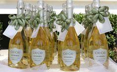 Scegliere una bottiglia di vino pregiato come bomboniera per il matrimonio.