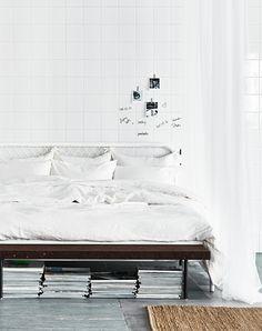 Slaapkamer van een stylist - gordijnen om ruimte af te bakenen.