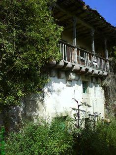 Llanes, Asturias, Espanya (oculta por la vegetación)