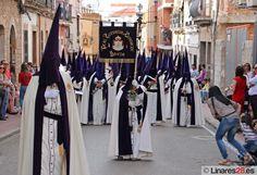 Banda de Cabecera de la Expiración, por la C/ Marqués, Viernes Santo 2015.  Foto: Linares28.  URL: http://www.linares28.es/wp-content/uploads/2015/04/IMG_0257.jpg