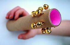 Instrument gemaakt van kosteloos materiaal, belletjes en een fel kleurtje.