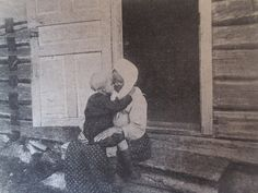 """""""Дай носик!"""" Ana njokkoo Сделан кадр во время этнографической экспедиции по Беломорской Карелии в 1927 году. Автор - Л.Л. Капица, д.Бабья Губа."""