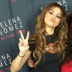 revival tour meet and greet Bieber Selena, Justin Bieber And Selena, Selena Gomez With Fans, Selena Gomez Pictures, Marie Gomez, Face Hair, Queen, Hair Highlights, Her Style