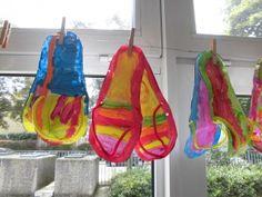 Trek een paar slippers over op dik papier en laat de kinderen deze vrolijk schilderen. Ze moeten er op letten, dat de twee slippers hetzelfde worden. Ik heb met chenilledraad de bandjes gemaakt.