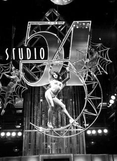 Studio 54 was a New York nightclub It was called the most famous nightclub of all time and was a groundbreaking multi-media visual extravaganza. 254 West Street in Manhattan Disco Party, 70s Party, Disco Theme, Film Movie, Night Club, Night Life, Mode Disco, Art Madrid, Madrid Barcelona